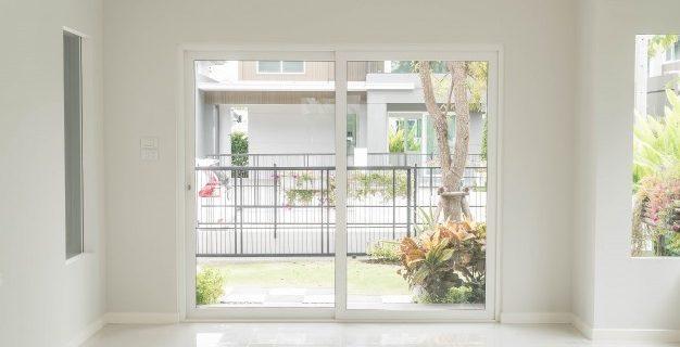 Za optimizacijo prostora se uporabljajo notranja drsna vrata